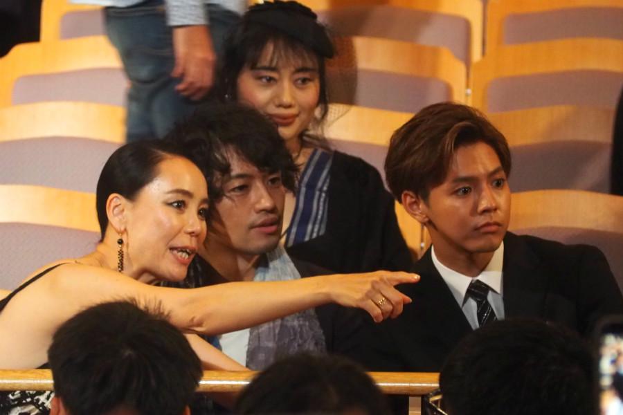 オープニングセレモニーにて、左から河瀬直美監督、斎藤工、片寄涼太(20日・奈良市内)