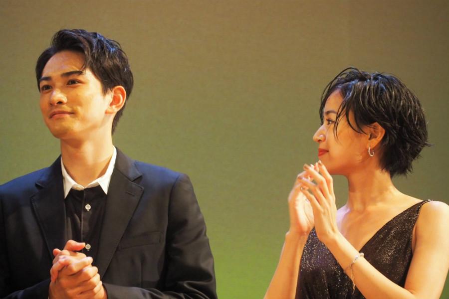 奈良が舞台の映画『二階堂家物語』に出演した町田啓太(左)と石橋静河(20日・奈良市内)