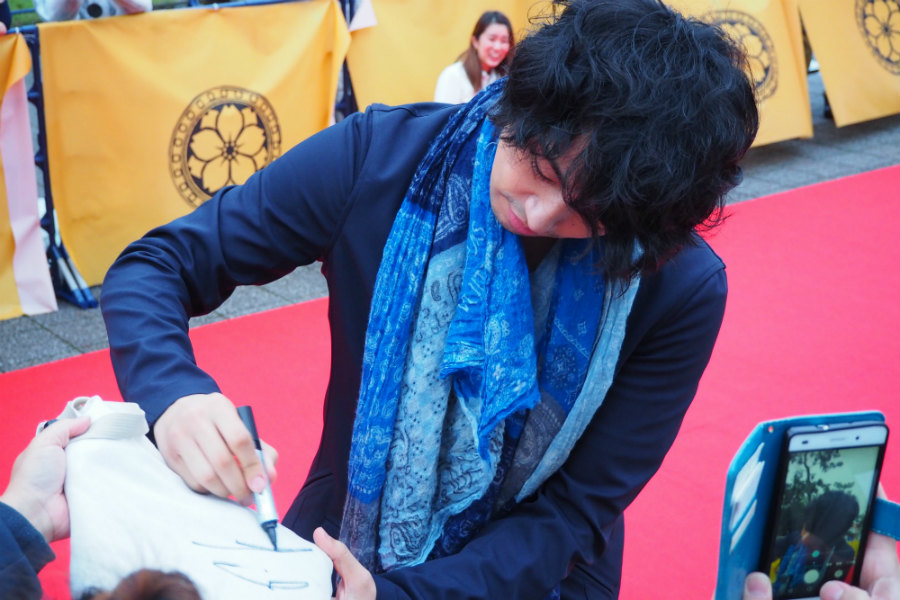 レッドカーペットを歩きながら、サインや写真撮影に応じる俳優の斎藤工(20日・奈良市内)
