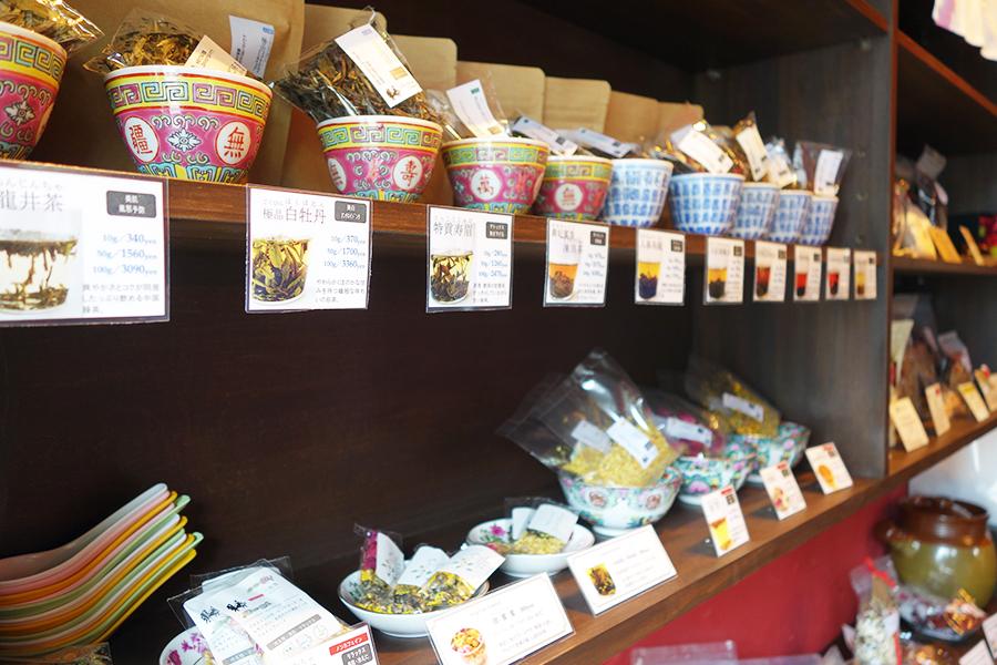中国茶は約10種。こちらもアンチエイジング、美白、風邪予防など期待できる効能を明記。10g340円~と小ポーションで販売しているから気軽に楽しめる