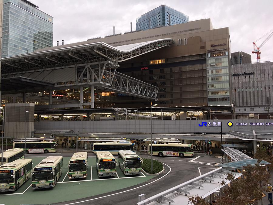 29日・16時半頃のJR大阪駅の様子。風は強いが、まだ雨は降っていない