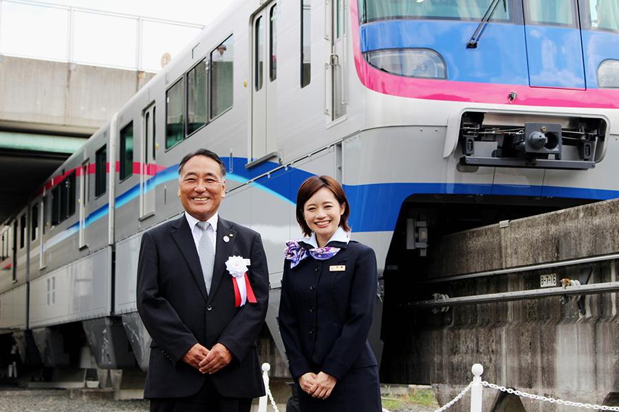 新型車両3000系と、大阪高速鉄道の吉村庄平代表取締役社長、斉藤雪乃さん