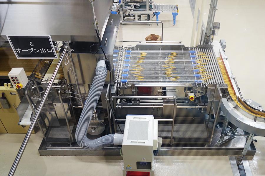 「プリッツ」の生産ラインを見学。ちなみに「ポッキー」の生産方法は企業秘密となっている