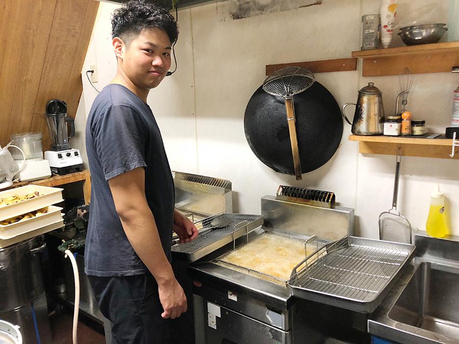 「蜜ぽてと」はカリッとさせるために5回ほど、くり返して油で揚げるという店長の奥井大起さん
