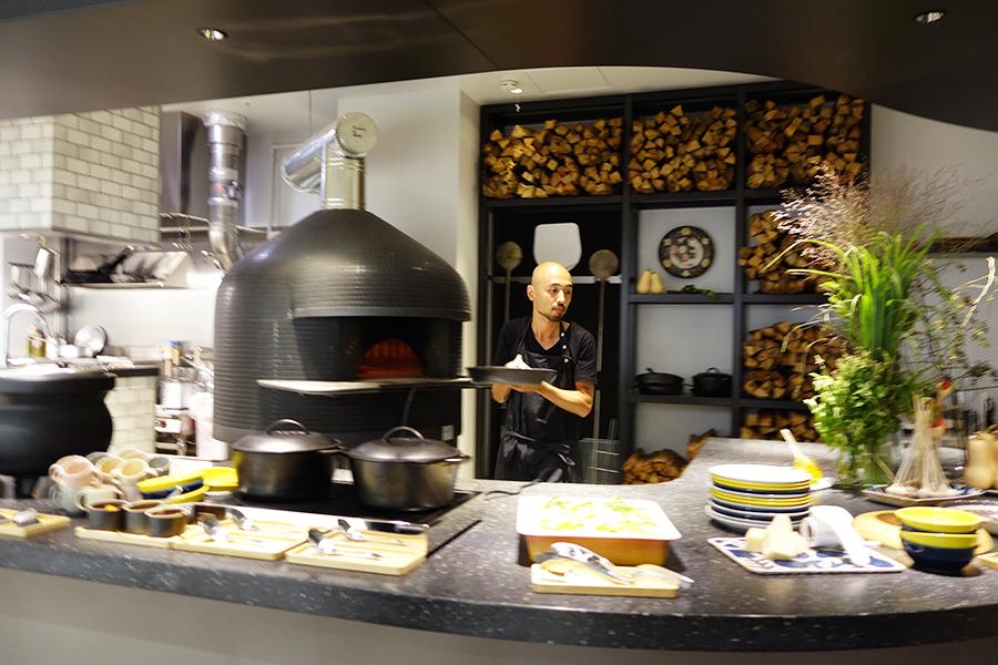薪窯で野菜やピザを焼く様子を近くで見ることもできる