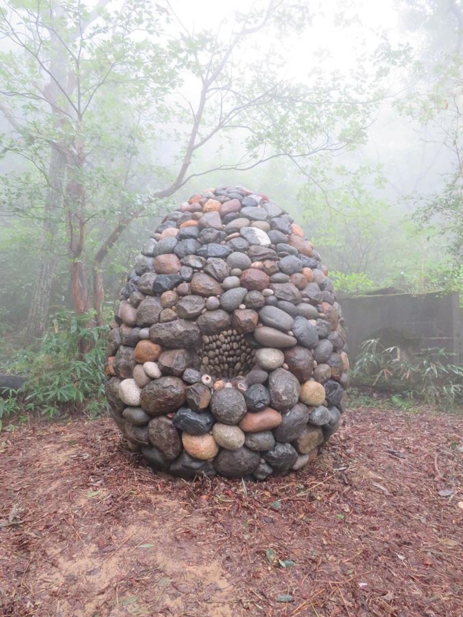 榮建太郎《いしのたね》 会場:六甲オルゴールミュージアム 全国各地で採集した石を、特殊な方法で卵型に積み重ねている。会場とのマッチングと高度な技法に感心