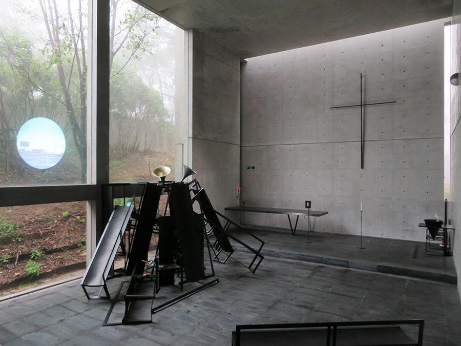 さわひらき《absent》 会場:風の教会 教会内の備品を流用した彫刻と映像作品によるインスタレーション