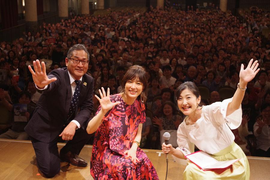左から、パブリックビューイングに登場した櫻井チーフ・プロデューサーと水川あさみら