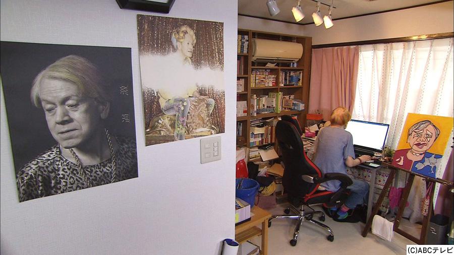 書斎で作業する志茂田景樹
