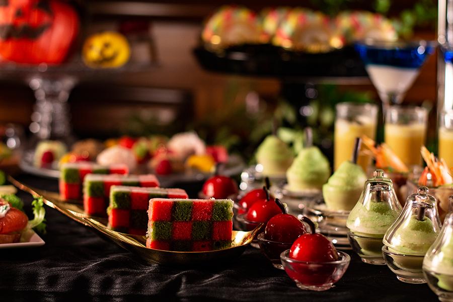 左からストロベリーと抹茶のサンセバスチャンケーキ、可愛いプチりんごのムース、アトリエフルーツ・ポワール