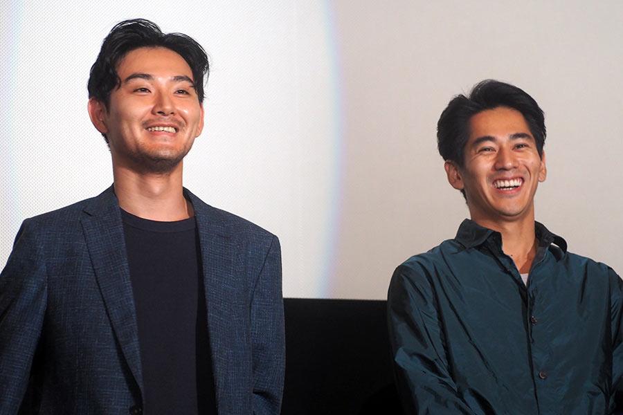 映画『泣き虫しょったんの奇跡』の舞台挨拶に登場した松田龍平(左)と永山絢斗(9日・大阪市内)