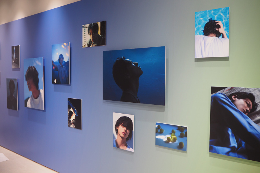 青のグラデーションに沿って展示される貴重カットの数々