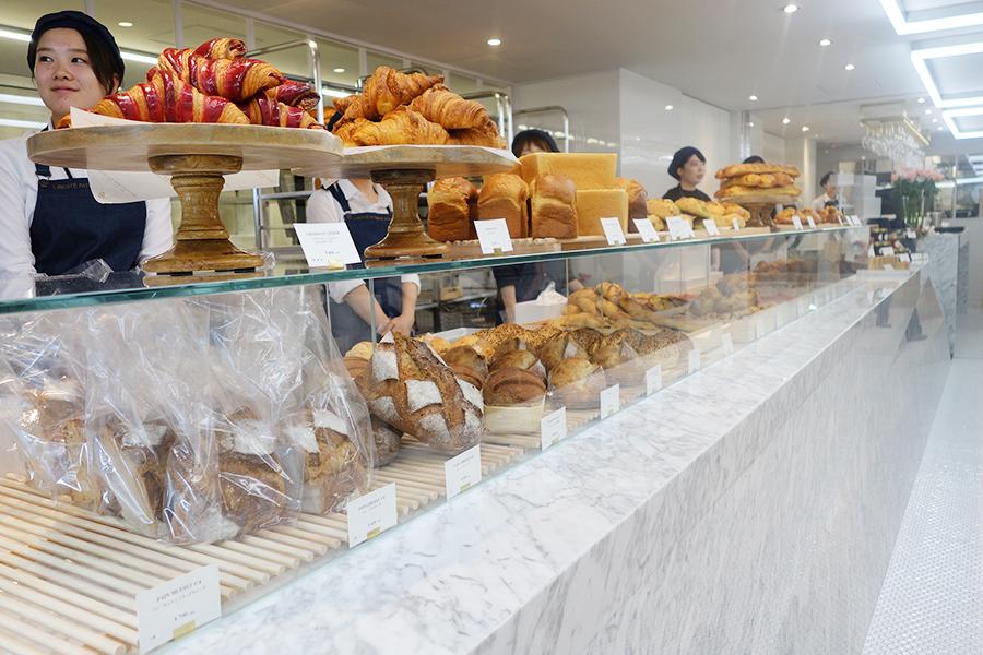 大理石のカウンターにパンが並び、スタッフに伝えてセレクトするシステムに