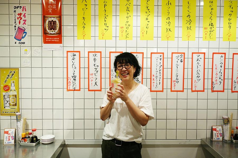 菓子教室の主宰ながら、実は菓子と同じぐらい酒が好き!京都の飲食店業界のマスコット的存在、山本稔子さん