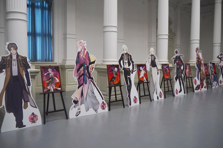 京都国立博物館・明治古都館中央ホール(重要文化財)には、描き下ろしのイラストなど23点と等身大パネルがずらり