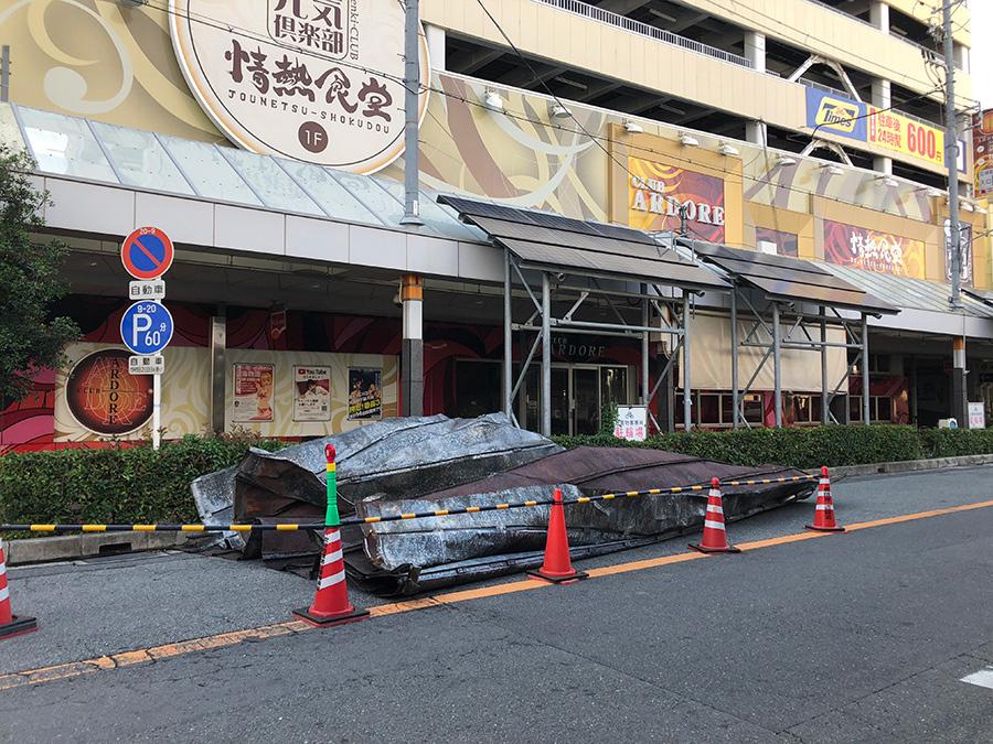 商店街のアーケードの屋根が吹き飛ばされ、道路の片側を封鎖。雨漏りに遭った喫茶店は休業に追い込まれる