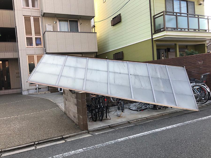 集合住宅の自転車置き場の屋根が破損。自転車が下敷きに