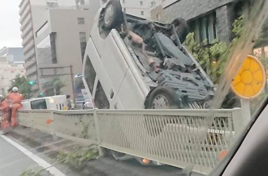 こちらは大阪市内の土佐堀通。自動車が2台、ひっくり返っていた