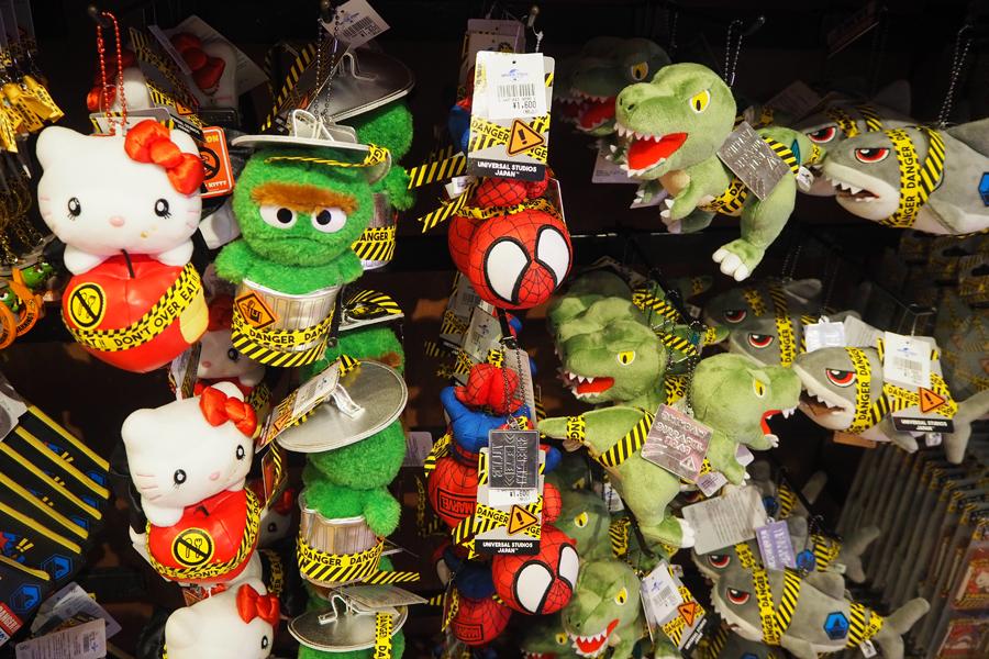 「デンジャーキャラクターズ」キティ・恐竜・ジョーズ・オスカー・スパイダーマンのぬいぐるみマスコット(各1600円)