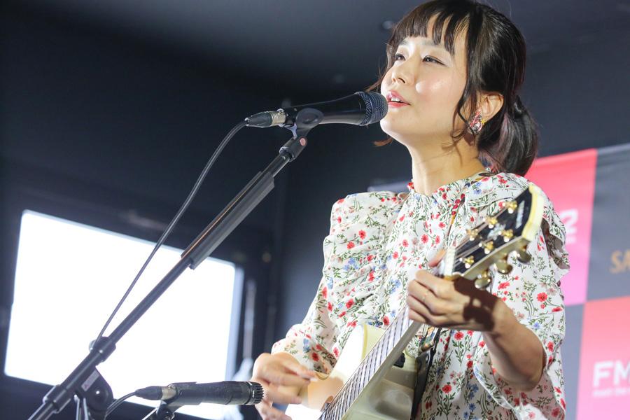 朝帰りの女の子の物語『残ってる』、頑張ってる人を肯定する『ミューズ』など3曲を披露した吉澤嘉代子(写真提供:FM802)