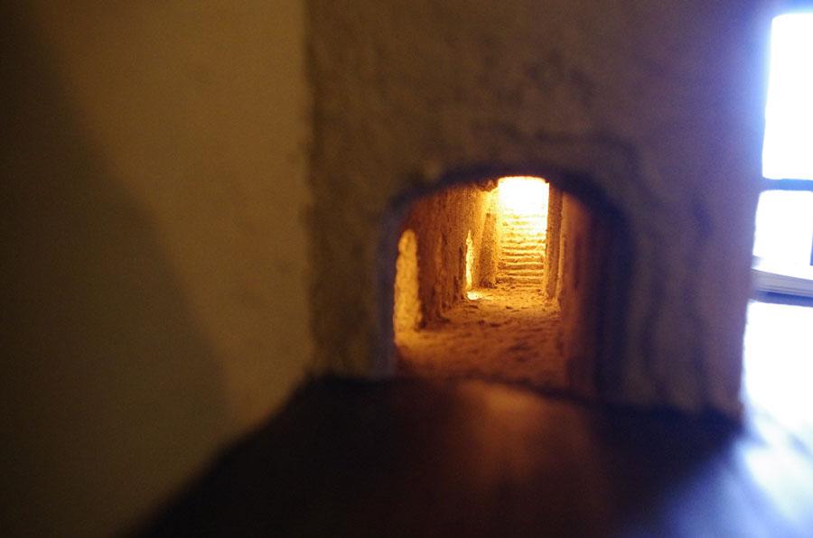 小さな棚に小さく開けられた穴を覗くと奥に無限の世界が広がっていく。このほかにも面白い仕掛けがある