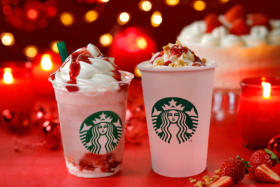 左から、クリスマス ストロベリー ケーキ フラペチーノ590円、クリスマス ストロベリー ケーキ ミルク450円〜(ともに税別)