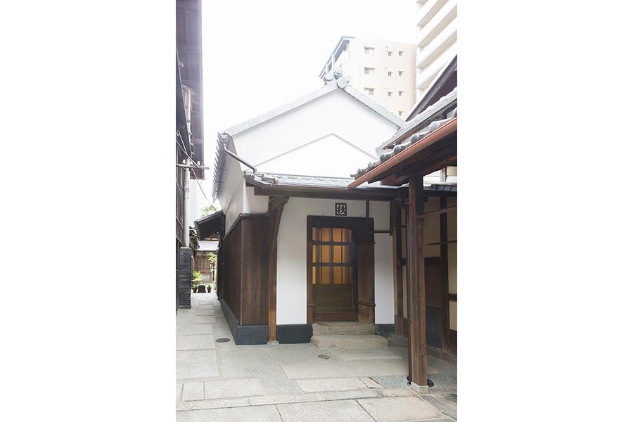 伝統的な工法で美しく修理された米蔵。米蔵内部の公開ははじめて