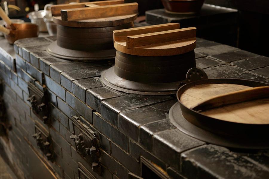 黒光りする煉瓦で組まれた「おくどさん」で、ごはんが炊かれていた
