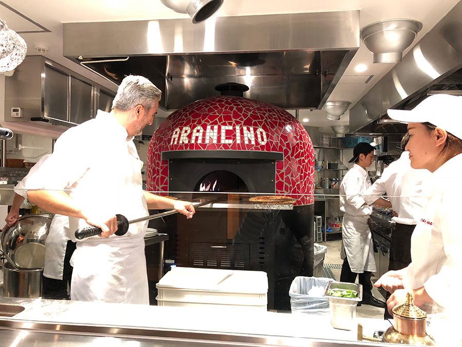 薪で焼くピッツァ窯は、地下のキッチンに鎮座。職人のアントニーノ・フォティアが手際よく焼き上げる