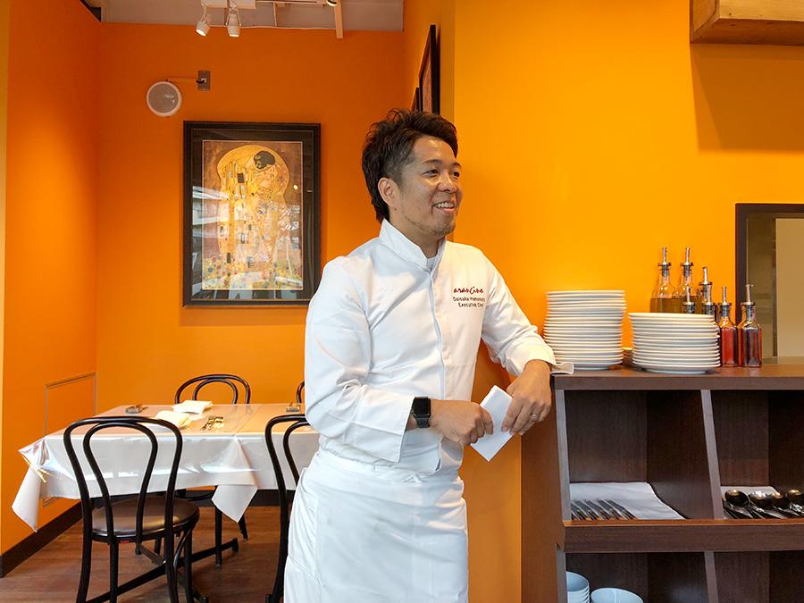 エグゼクティブシェフの濱本大輔さん。「お客さまの期待を裏切らないように、ひと皿ひと皿しっかりと料理を作っています」と