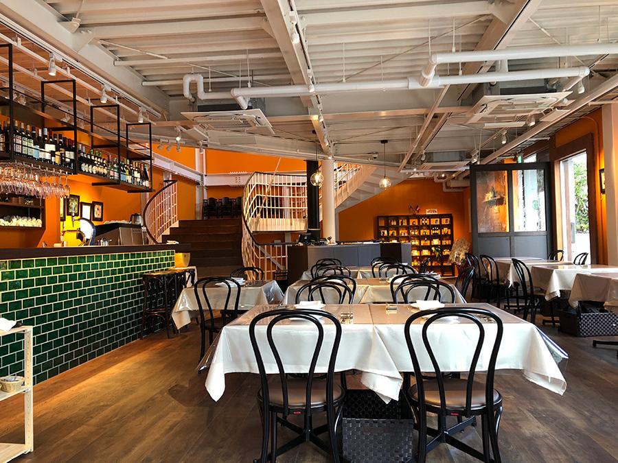 1階フロア。「アランチーノ」とは小さなオレンジという意味で、店内の壁はオレンジ色に