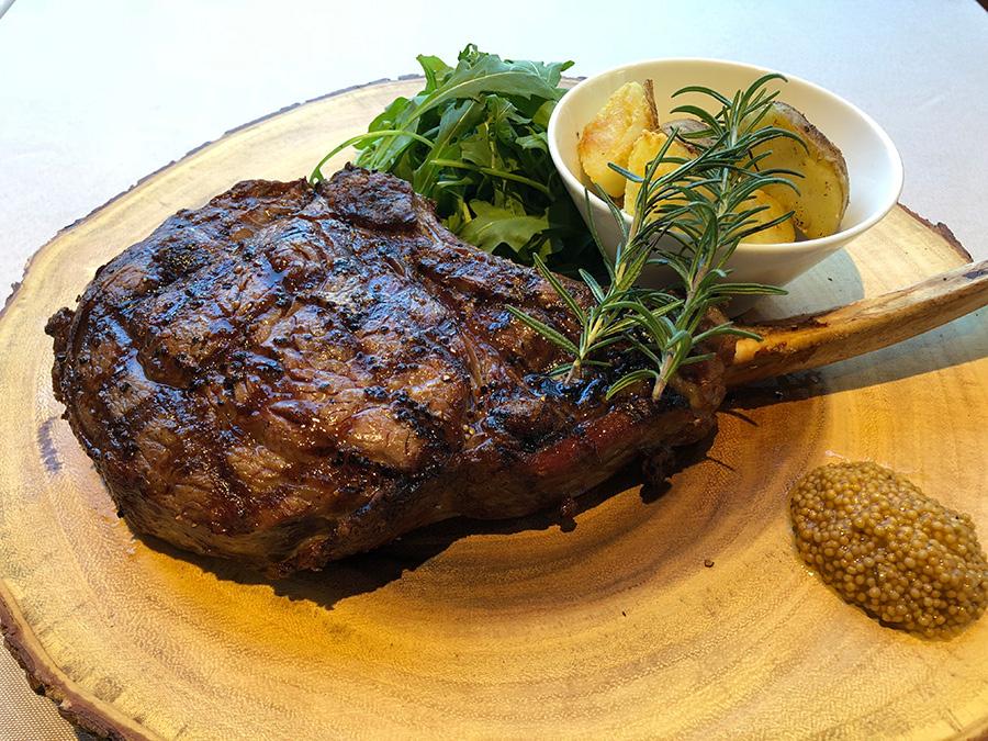 なかはロゼ色のしっとりとした焼き上がり。肉屋の主人おすすめ骨付きリブロース豪快トマホークステーキ(10800円)