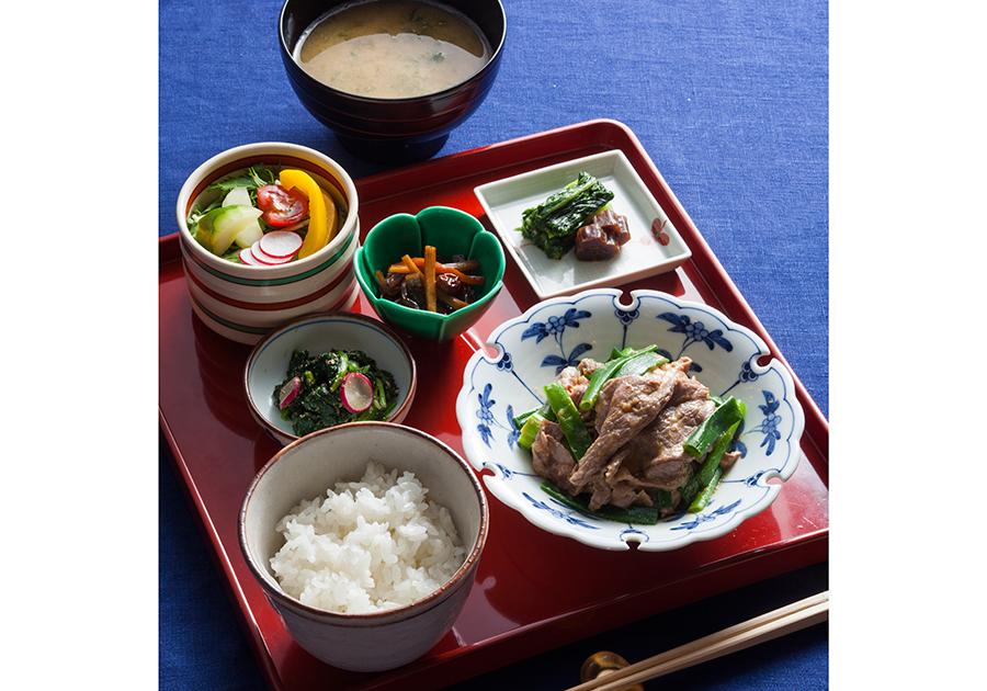 「今宵の晩餐 みをつくし膳」では、バルサミコ酢きんぴら、野菜サラダ、四天王寺西むらの漬物を添えて。ご飯はお替わり自由