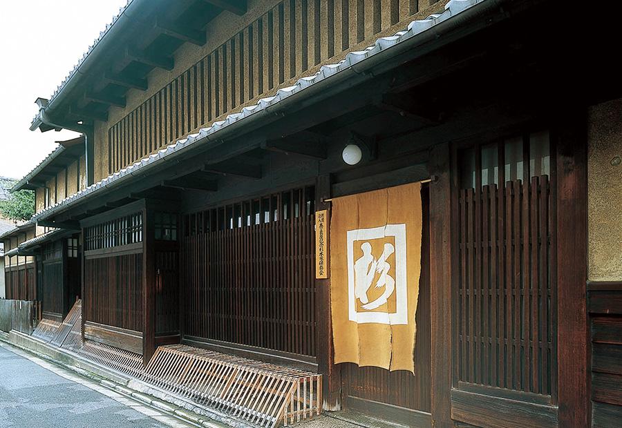 「杉本家住宅」は、京格子が美しい典型的な京町屋。建物はすぐれた素材を使いながらも、余計な装飾を省いた簡素な造りで、商人の心得が生きる
