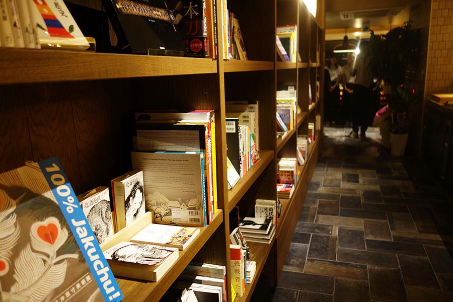 大垣書店が、旅、京都、お酒、映画、ジャズ、音楽などのテーマでセレクト。写真集からマンガまでそろう