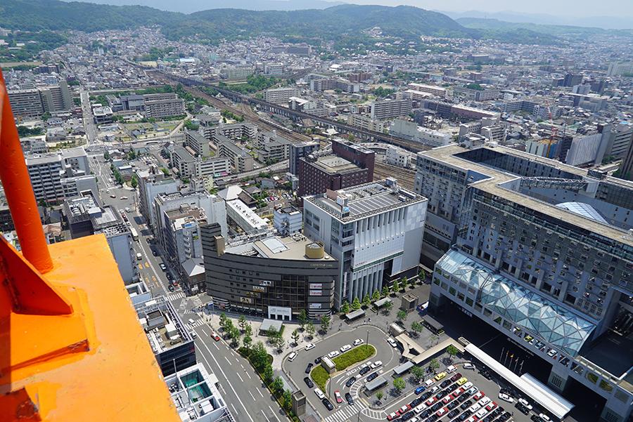 真下には京都駅、見渡せば鴨川や周辺の山々が見える