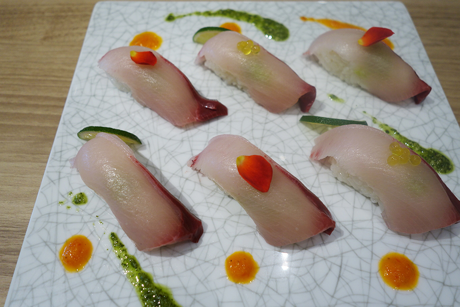 「黒酢レストラン 黒酢本舗 桷志田」の黒酢もらみブリ寿司、4貫で600円