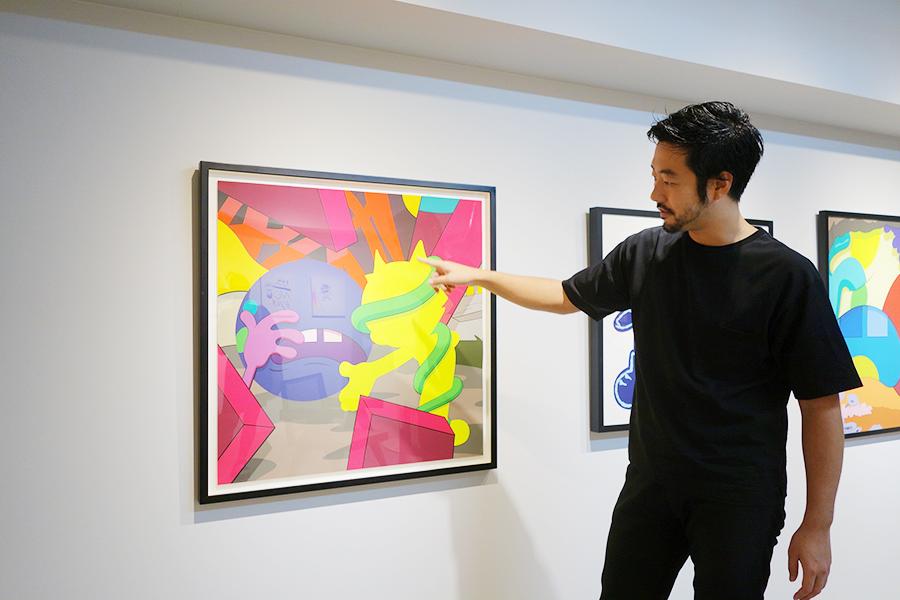 「CANDYBAR Gallery」のオーナーの高岩さんが丁寧に作品の魅力を説明してくれる。10月29日までは「ぼくたちが好きなART」を開催。11月15日からはジュリアン・オピーの企画展を開催