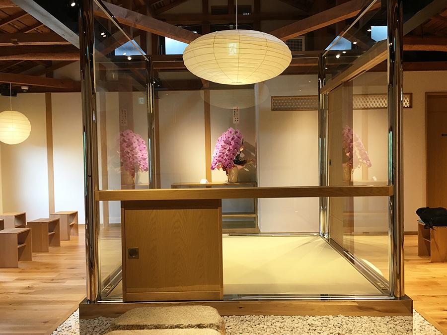 2階にあるガラス張りの庵。窓からは八坂の塔が眺められ、2階でコーヒーをいただくことも可能