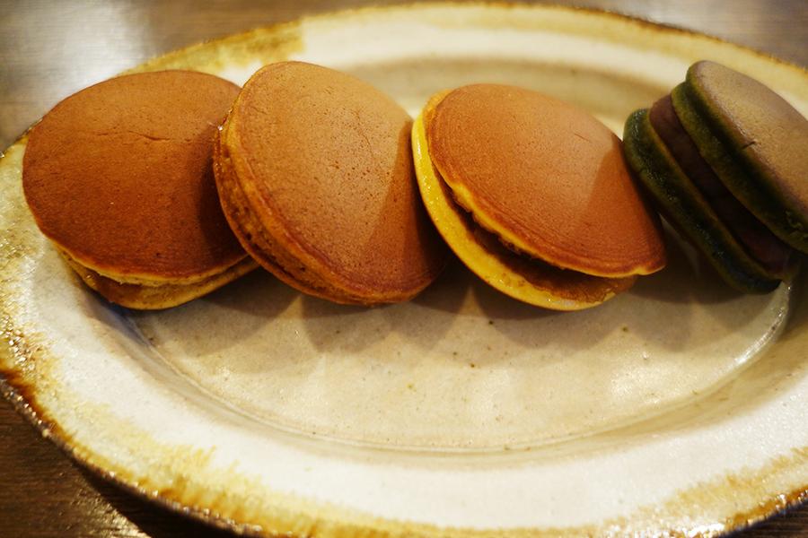 小さなサイズの「亥のどら」4種。右から抹茶、あずき、黒糖、くるみ