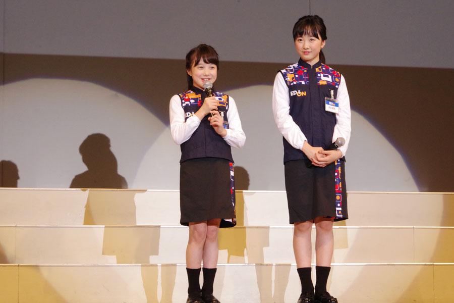 少し照れながらステージに立った本田紗来(左)と本田望結