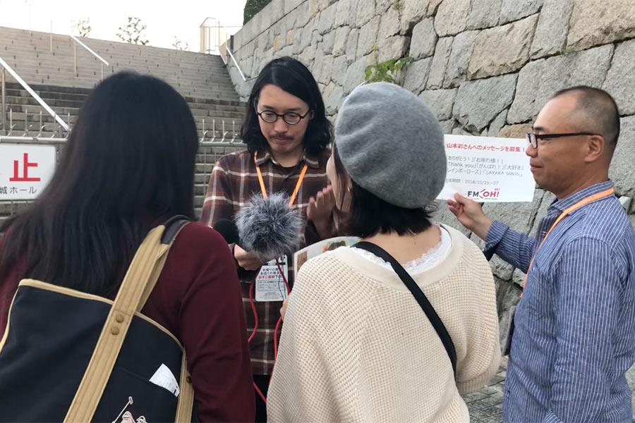 「大阪城ホール」出口付近でおこなわれたメッセージ収録の様子