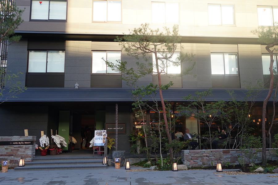 「ホテルリソルトリニティ京都 御池麩屋町」の1階。テラスもあり