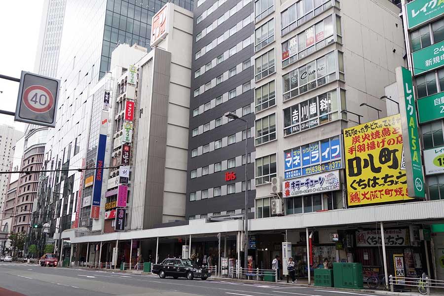 阪急うめだ本店やHEP FIVEも近く。ほぼ目の前に、お初天神通りのアーケード