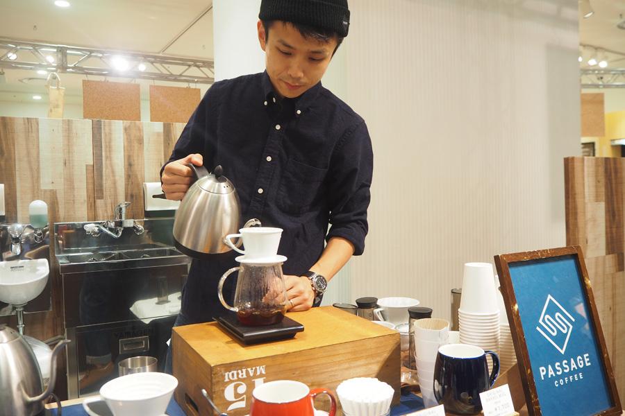 『ワールドエアロプレスチャンピオンシップ』(2014)で優勝した佐々木修一バリスタによる、東京・三田の「PASSAGE COFFEE」では、苦みがなくフルーティーなコーヒーが味わえる