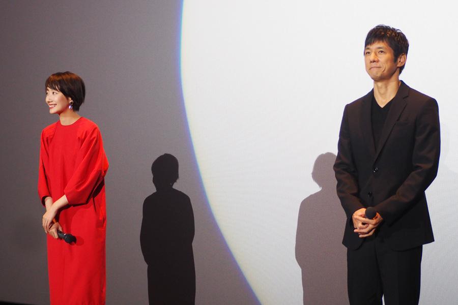舞台挨拶に登場した波瑠と西島秀俊(12日、大阪市内)