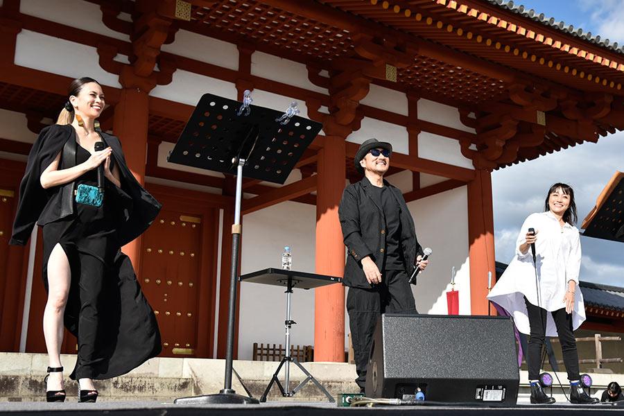 奈良の世界遺産「平城宮跡」でスペシャルライブをおこなった小柳ゆき、Chage、矢井田瞳の3人(左から/20日・奈良市内)