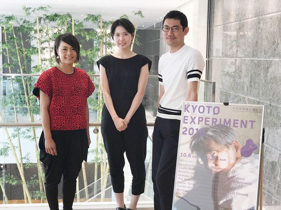 「KYOTO EXPERIMENT 京都国際舞台芸術祭 2018」の記者会見に登場した市原佐都子(センター)ら