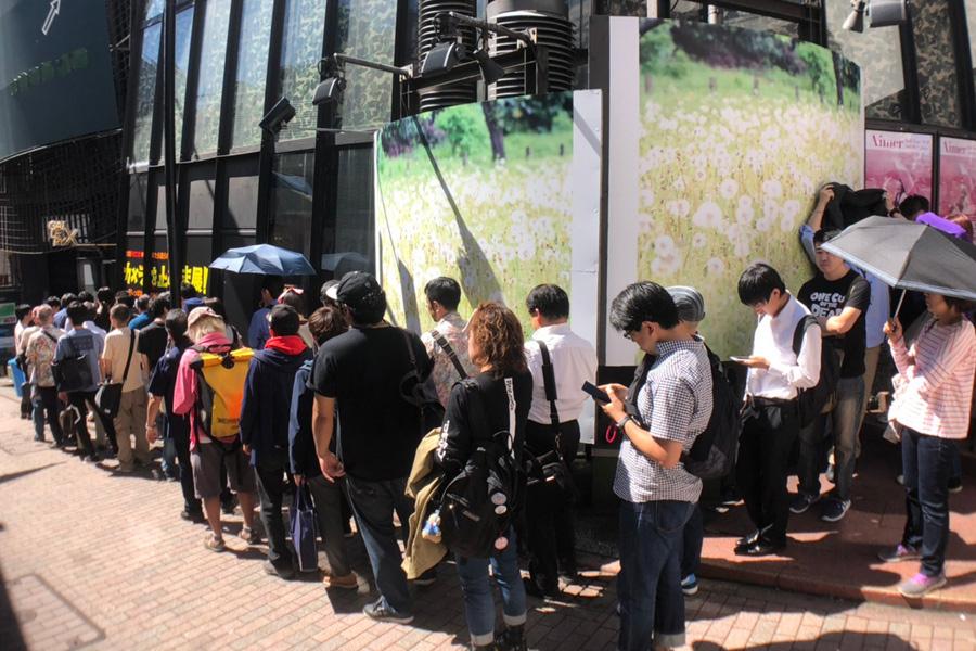 初日、東京会場に並ぶ人々