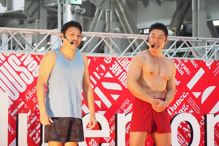 筋肉ルーレットを披露するなかやまきんに君(右)とサバンナ八木(31日、大阪市内)